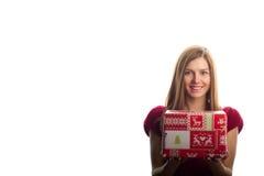 圣诞节礼物微笑的妇女年轻人 库存图片