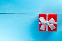 圣诞节礼物或新年与白色丝带在蓝色背景与空的空间文本的,大模型,模板 手工制造 免版税库存照片