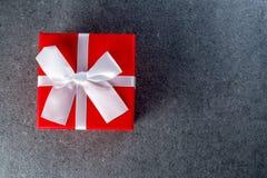 圣诞节礼物或新年与白色丝带在黑暗的背景与空的空间文本的,大模型,模板 手工制造 库存图片