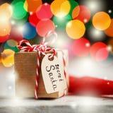 圣诞节礼物或箱子秘密圣诞老人的与圣诞老人帽子 2007个看板卡招呼的新年好 免版税库存照片