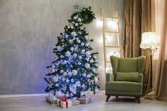 圣诞节礼物有新年装饰的圣诞节诗歌选 免版税图库摄影