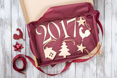 2017年 圣诞节礼物木装饰 寒假概念 新年雄鸡 免版税图库摄影