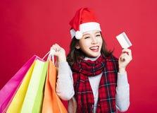圣诞节礼物的妇女购物由信用卡 免版税图库摄影