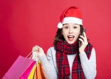 圣诞节礼物的惊奇的妇女购物 库存照片