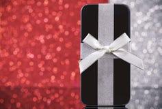 圣诞节礼物的智能手机 免版税图库摄影