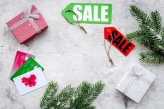 圣诞节礼物的网上付款与在灰色桌背景顶视图大模型的信用卡 库存照片