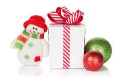 圣诞节礼物盒、中看不中用的物品和雪人戏弄 免版税图库摄影