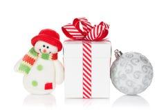 圣诞节礼物盒、中看不中用的物品和雪人戏弄 库存照片