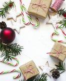圣诞节礼物盒、曲奇饼和欢乐装饰在白色背景,预习功课 库存照片