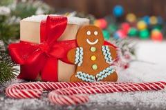 圣诞节礼物盒、棒棒糖和姜饼人 库存图片
