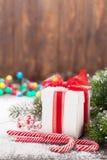 圣诞节礼物盒、棒棒糖和树 库存照片