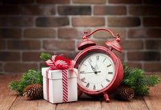 圣诞节礼物盒、闹钟和树枝 免版税库存照片