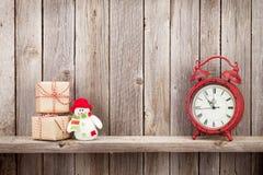 圣诞节礼物盒、闹钟和雪人 库存图片