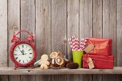 圣诞节礼物盒、闹钟和食物装饰 免版税库存图片