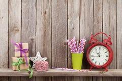 圣诞节礼物盒、闹钟和食物装饰 图库摄影