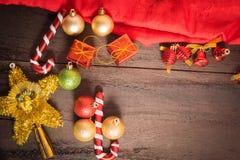 圣诞节礼物盒、食物装饰和杉树在木桌上分支 库存图片