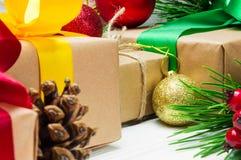 圣诞节礼物盒和分支圣诞树和球玩具和锥体在白色木葡萄酒背景 免版税图库摄影