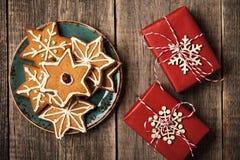 圣诞节礼物盒和姜饼曲奇饼 免版税库存图片