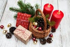 圣诞节礼物盒和杉树在篮子分支 免版税库存图片