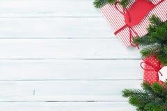 圣诞节礼物盒和杉树 免版税库存图片
