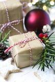 圣诞节礼物盒和欢乐装饰 免版税库存照片