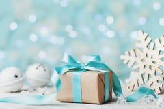 圣诞节礼物盒和白色门铃反对蓝色bokeh背景 3d美国看板卡上色展开标志问候节假日信函国民形状范围 库存照片