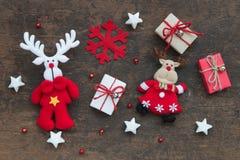 圣诞节礼物盒和装饰在木头 免版税库存图片