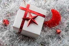 圣诞节礼物盒和装饰在白杉 库存图片
