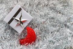 圣诞节礼物盒和装饰在白杉 免版税库存图片