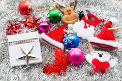 圣诞节礼物盒和装饰在白杉 库存照片