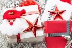 圣诞节礼物盒和装饰在白枞枝杈背景 库存照片