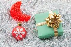 圣诞节礼物盒和装饰在白枞枝杈 库存照片