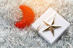 圣诞节礼物盒和装饰在白枞枝杈 免版税库存照片