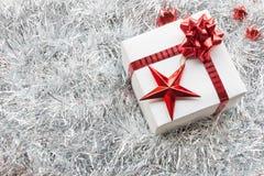 圣诞节礼物盒和装饰在白枞枝杈 库存图片