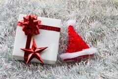 圣诞节礼物盒和装饰在白枞枝杈 图库摄影