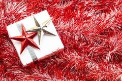 圣诞节礼物盒和装饰在红色冷杉枝杈 免版税库存照片