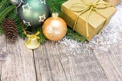 圣诞节礼物盒和装饰在难看的东西木背景 库存照片