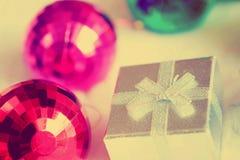 圣诞节礼物盒和镜子球 库存照片
