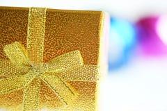 圣诞节礼物盒和镜子球 库存图片