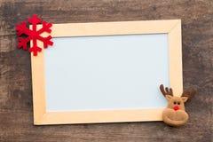 圣诞节礼物盒和whiteboard在木背景 免版税库存图片