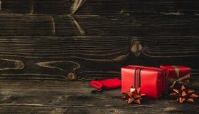 圣诞节礼物盒在黑暗的木背景 免版税库存图片