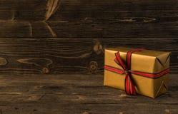 圣诞节礼物盒在黑暗的木背景 库存照片
