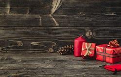 圣诞节礼物盒在黑暗的木背景 库存图片