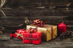 圣诞节礼物盒在黑暗的木背景 图库摄影