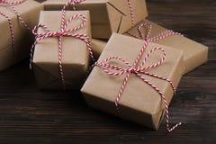圣诞节礼物盒提出与在木背景的红色球 免版税库存照片