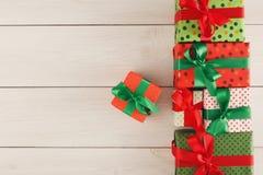 圣诞节礼物盒,在木桌背景的顶视图 免版税库存照片