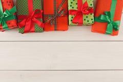 圣诞节礼物盒,在木桌背景的顶视图 库存照片
