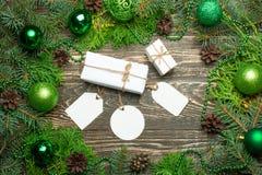 圣诞节礼物盒 在白色箱子的圣诞礼物在一张木桌上 说谎与拷贝空间的平的位置 免版税库存照片
