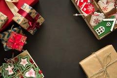 圣诞节礼物箱子和箱子有木玩具的在棕色背景 免版税库存图片
