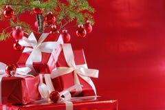 圣诞节礼物红色结构树 免版税库存照片